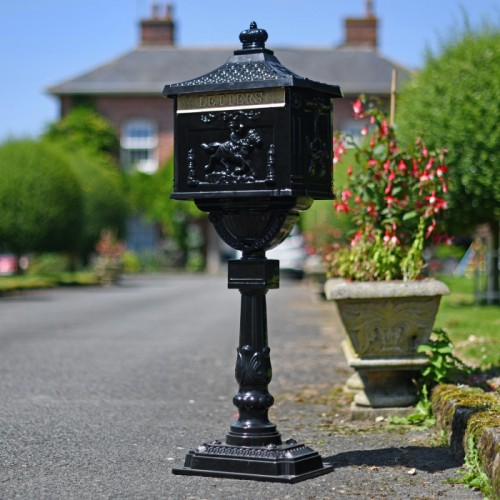 Freestanding driveway secure post box