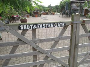 Shut & Fasten Gate Sign